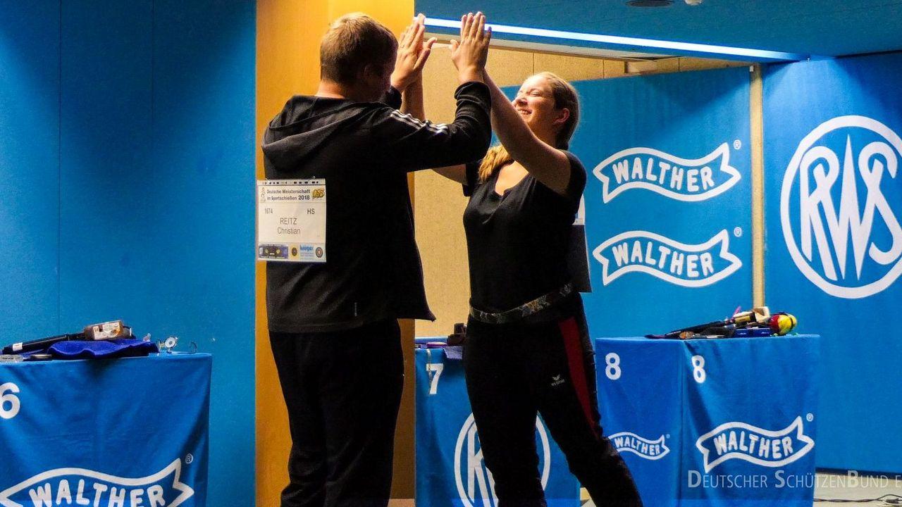 Foto: DSB / Olympiasieger Christian Reitz klatscht WM-Bronzemedaillengewinnerin Doreen Vennekamp im Mixed-Wettkampf ab.