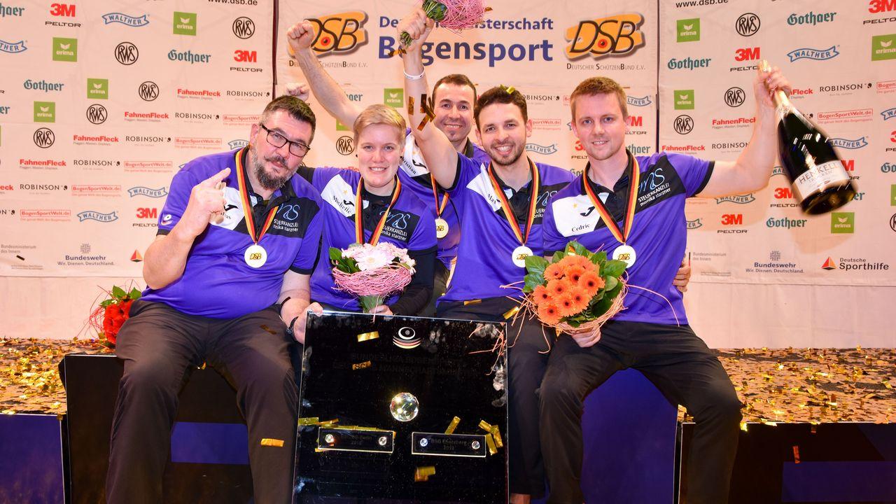Foto: Eckhard Frerichs / Meisterspiegel, Goldmedaille, Blumen und Schampus für die BSG Ebersberg.