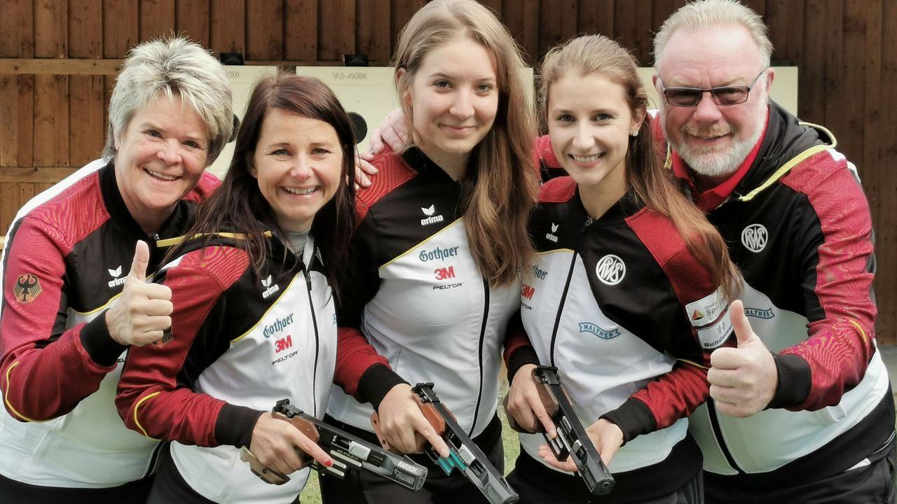 Foto: DSB / Das Sportpistolen-Team mit Bundestrainerin Barbara Georgi, Monika Karsch, Doreen Vennekamp, Michelle Skeries und Co-Trainer Uwe Potteck freut sich auf die EM.