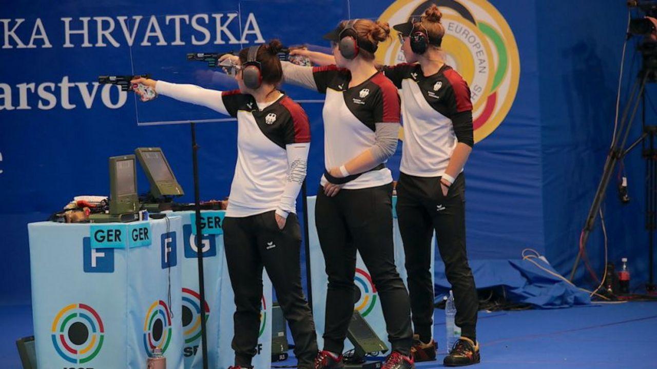 Foto: ESC / Wie aus einem Guss! Monika Karsch, Doreen Vennekamp und Carina Wimmer holten erneut Team-Gold mit der Sportpistole.