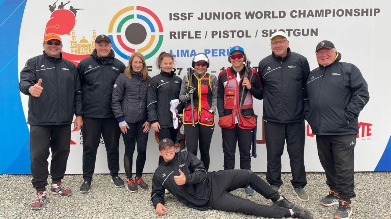 Foto: DSB / Das deutsche Trap-Team mit den Mixed-Bronzemedaillengewinnern Nadine Halwax und Marius John in der Mitte.