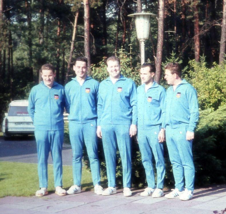 Foto: DSB / Die westdeutschen Olympiateilnehmer in der offiziellen Sporteinkleidung, v.l. Harbeck, Kaupmannsennecke, Wenk, Bortz und Zähringer (vermutlich an der Schießsportschule in Wiesbaden).