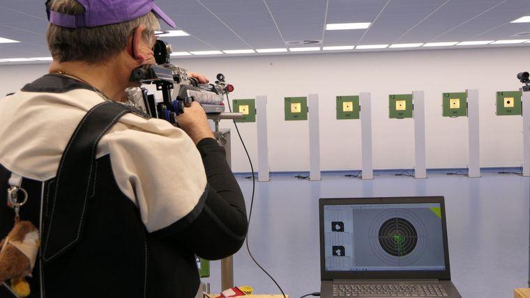 Foto: DSB / Gut zu sehen! Der Schütze zielt und kann selber nachher die Zielerfassung und -führung mittels des Scatt-Systems nachvollziehen.