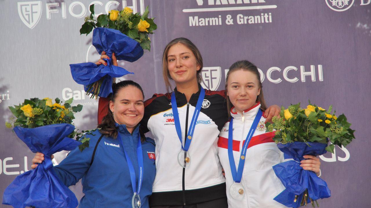 Foto: Harald Strier / Die neue Europameisterin Eva-Tamara Reichert mit der zweitplatzierten Slowakin Vanesa Hockova (links) und der Russin Elena Bukhonova.
