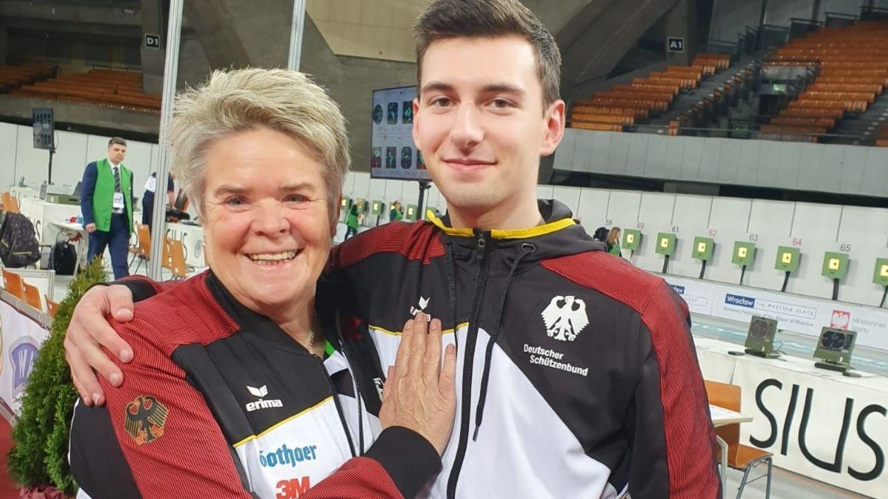 Foto: DSB / Bundestrainerin Barbara Georgi zeigt ihren Stolz auf Robin Walter.