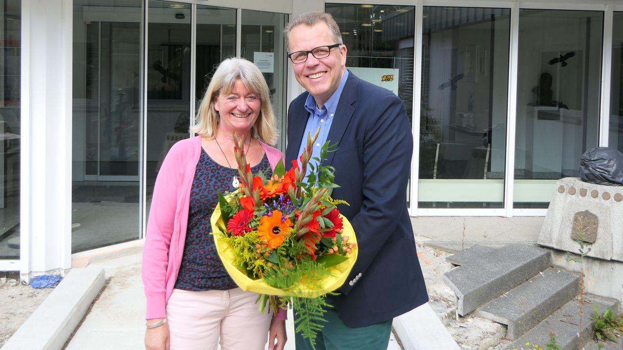Foto: DSB / Hannelore Aslanidis erhielt von Bundesgeschäftsführer Jörg Brokamp einen prächtigen Blumenstrauß.