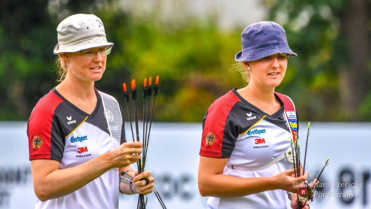 Foto: Eckhard Frerichs / Ständig auf Achse im Zeichen des Bogensports: Lisa Unruh (links) und Elena Richter.