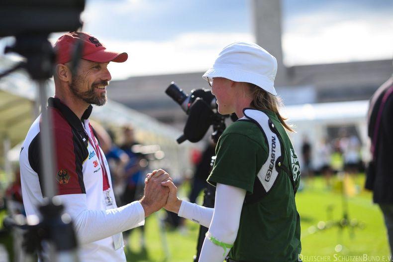 Foto: DSB / Glückwunsch vom Bundestrainer! Marc Dellenbach gratuliert Clea Reisenweber zum Finaleinzug.