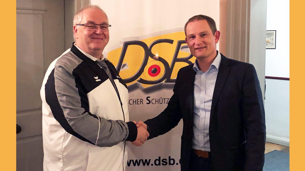 Foto: DSB / Stefan Rinke, Vizepräsident Jugend und Jörg Siemens, Haendler & Natermann Sport GmbH (H&N), schließen erneut Kooperation.