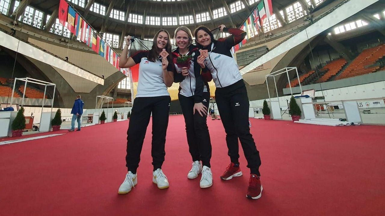 Foto: DSB / Bronze zum Abschluss für Andrea Heckner, Julia Hochmuth und Monika Karsch.