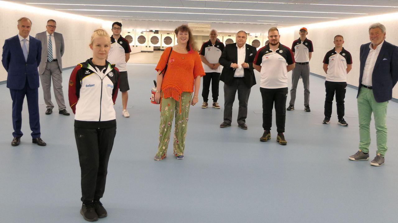 Foto: DSB / NRW-Staatssekretärin Andrea Milz im Kreise der DSB-Sportler und -Vertreter im Bundesstützpunkt Wiesbaden/Frankfurt am Main.