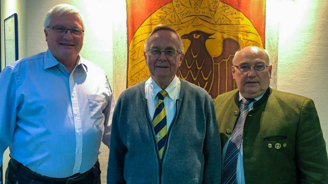 Foto: DSB / Klaus Lindau (Mitte) mit seinem Nachfolger Jörg Gras (links) und DSB-Vizepräsident Sport Gerhard Furnier.