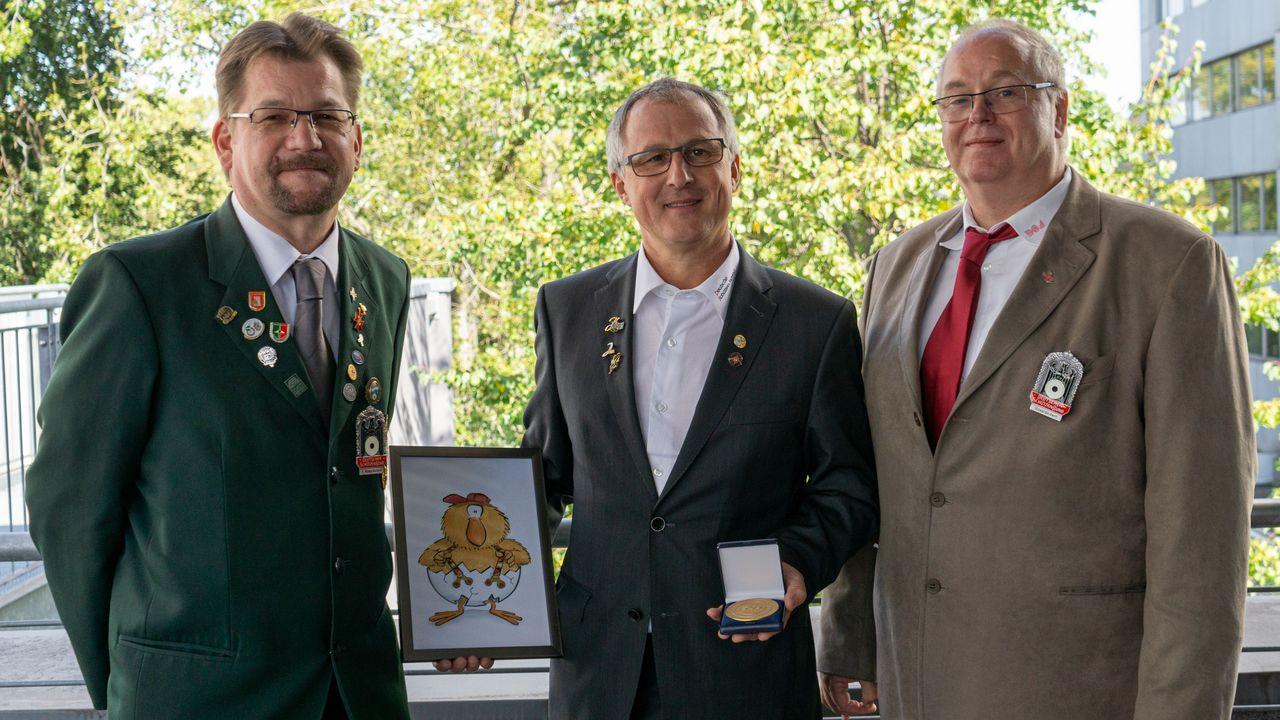 Foto: DSJ / Lars Bathke (1. Vizepräsident), Burkhard Schindler, ausscheidender Bundesjugendleiter Bildung und Stefan Rinke (Vizepräsident Jugend)