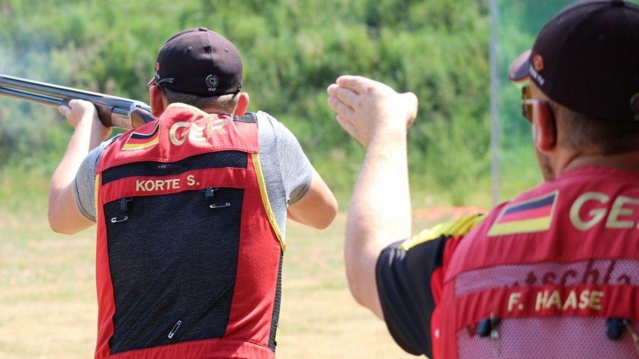 Foto: DSB / Da geht es Richtung EM scheint Felix Haase seinem Skeet-Kollegen Sven Korte anzuweisen.