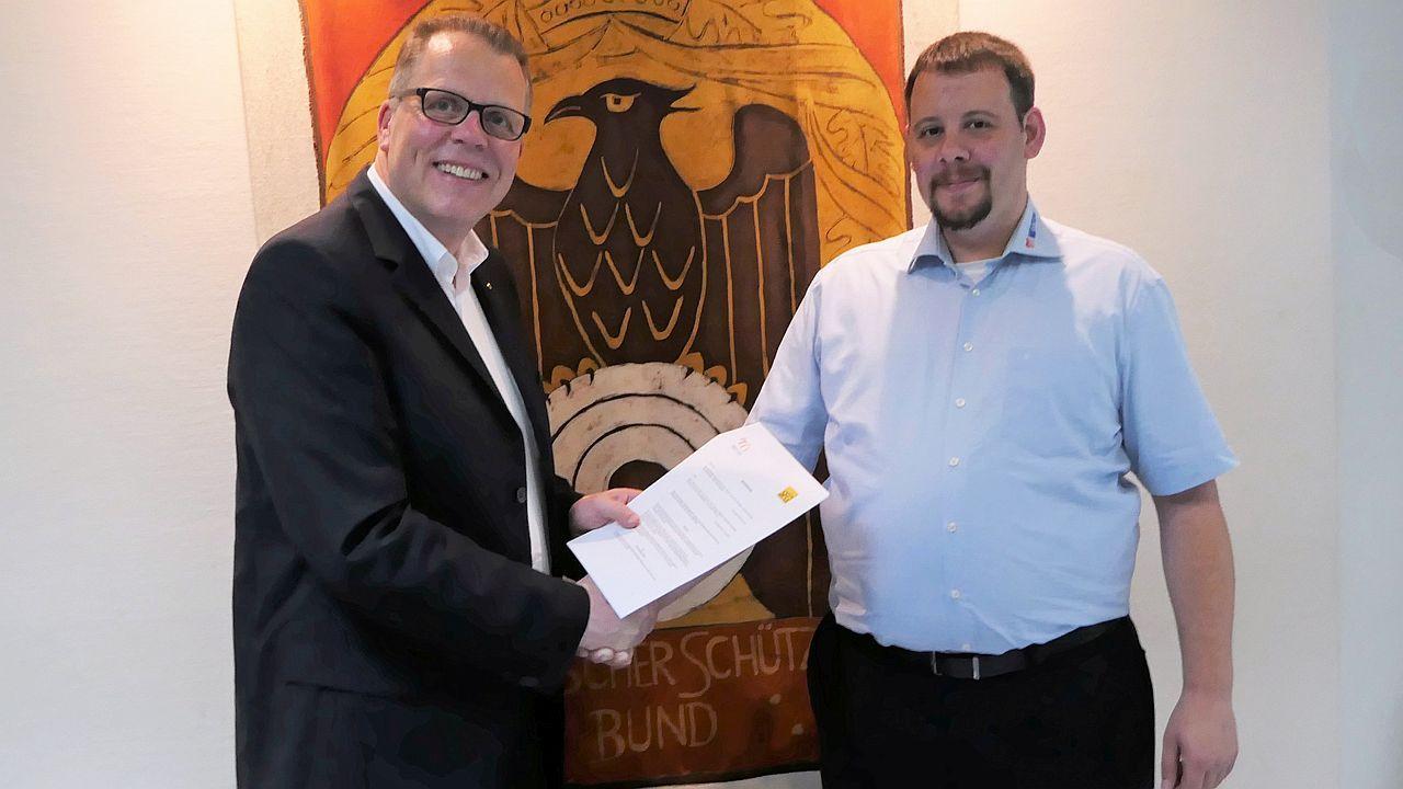 Meyton-Geschäftsführer Steffen Hoffmann und Jörg Brokamp, Bundesgeschäftsführer des DSB unterzeichnen offizielle Partnerschaft in Wiesbaden.