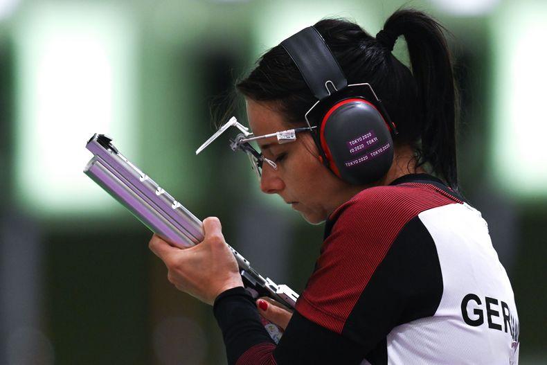 Foto: Picture Alliance / Erst Luftpistole, ab sofort Sportpistole: Monika Karsch fokussiert.