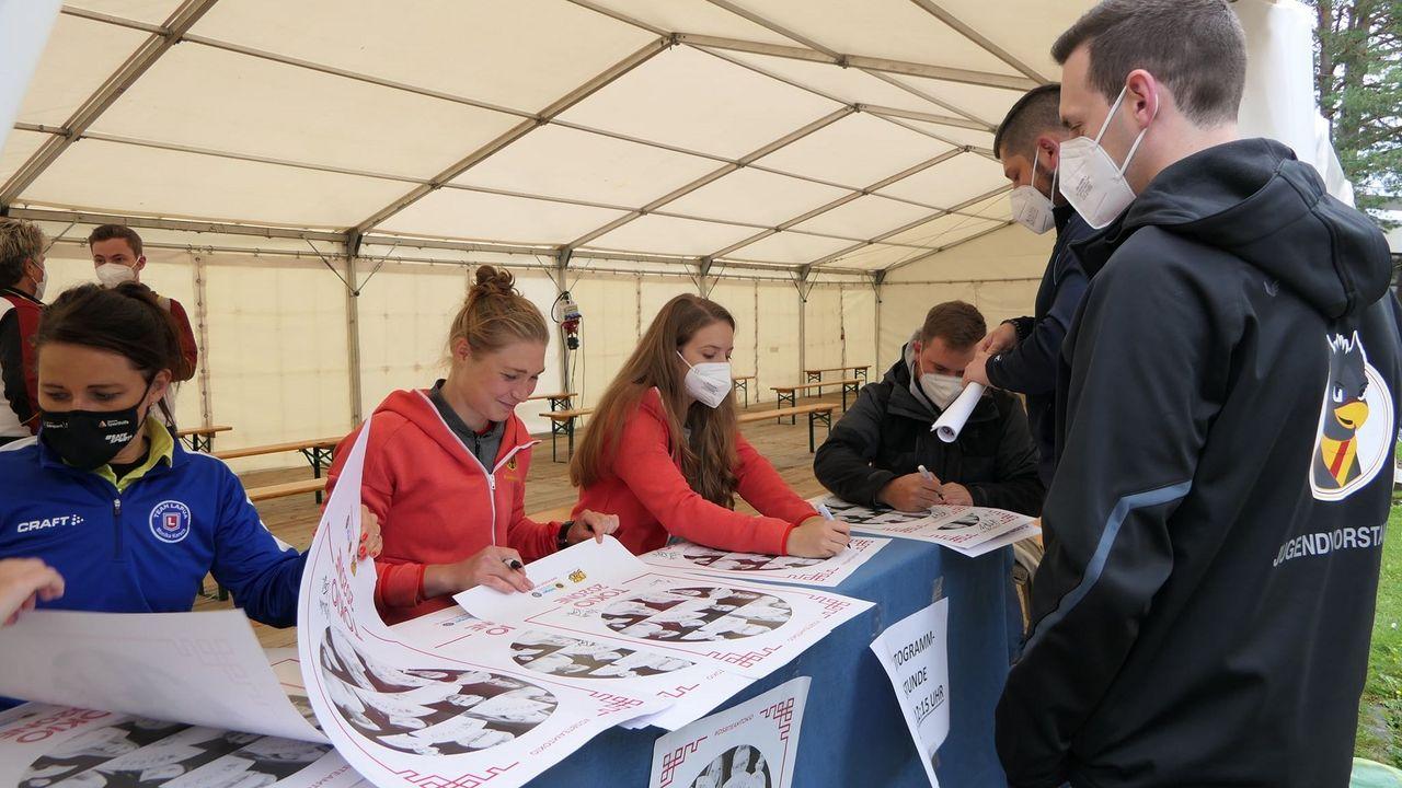 Foto: DSB / Fleißig, fleißig! Monika Karsch, Carina Wimmer, Doreen Vennekamp und Oliver Geis nahmen sich bei der Autogrammstunde viel Zeit.