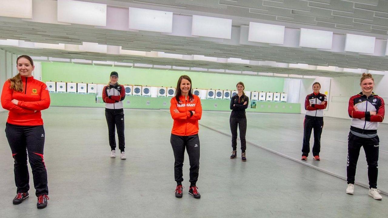 Foto: DSB / Das Sextett (v.l.) Doreen Vennekamp, Josefin Eder, Monika Karsch, Michelle Skeries, Sandra Reitz und Carina Wimmer ist am Wochenende mit der Sportpistole im Einsatz.
