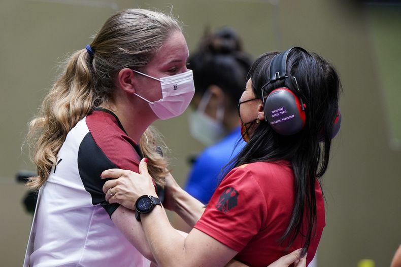Foto: Picture Alliance / Echter Teamgeist! Monika Karsch freut sich mit Doreen Vennekamp über den Finaleinzug.