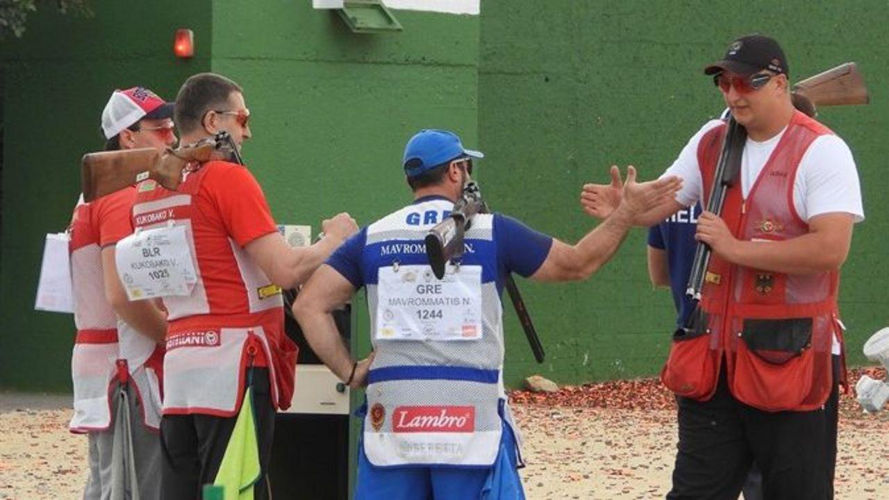 Foto: ISSF / Glückwunsch von der Konkurrenz! Tilo Schreier (ganz rechts) wird zu seiner starken Leistung beglückwünscht.