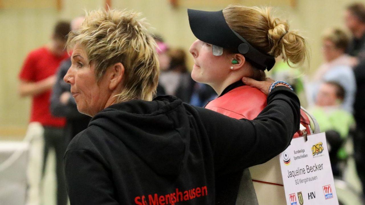 Foto: Hessischer Schützenverband / Stunde der Wahrheit im Abstiegskampf für Trainerin Sabine Kames und Schützin Jaqueline Becker von der SG Mengshausen.