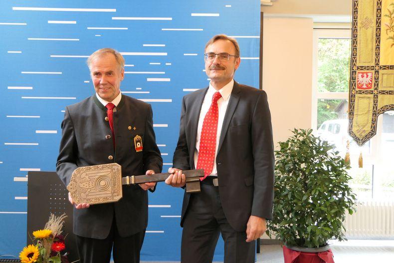 Foto: DSB / DSB-Präsident Hans-Heinrich von Schönfels und Klaus Dieter Groß, Geschäftsführer der Betreibergesellschaft des Bundesstützpunktes, mit dem