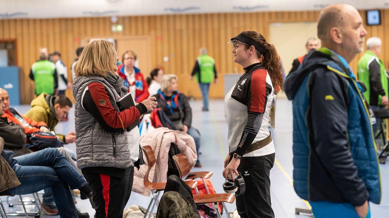 Bild: DSB / Claudia Verdicchio-Krause geht mit ihren Sportlern viele verschiedene Situationen durch, um mit ihnen eine Wettkampf-Apotheke aufzubauen.
