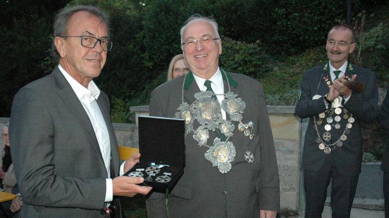 Rekordschützenkönig Rainer Reißenweber (Mitte, mit der wertvollen Königskette) übergibt die Königsorden 2020 an Museumsleiter Stefan Grus. Rechts Ehrenoberschützenmeister Hans-Herbert Hartan.