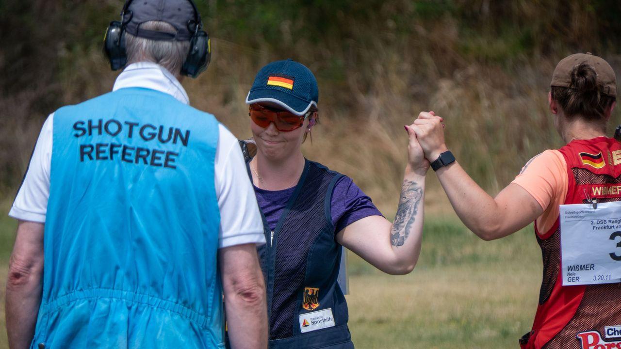 Foto: DSB / Geschafft! Nadine Messerschmidt nimmt die Glückwünsche von Nele Wißmer entgegen.
