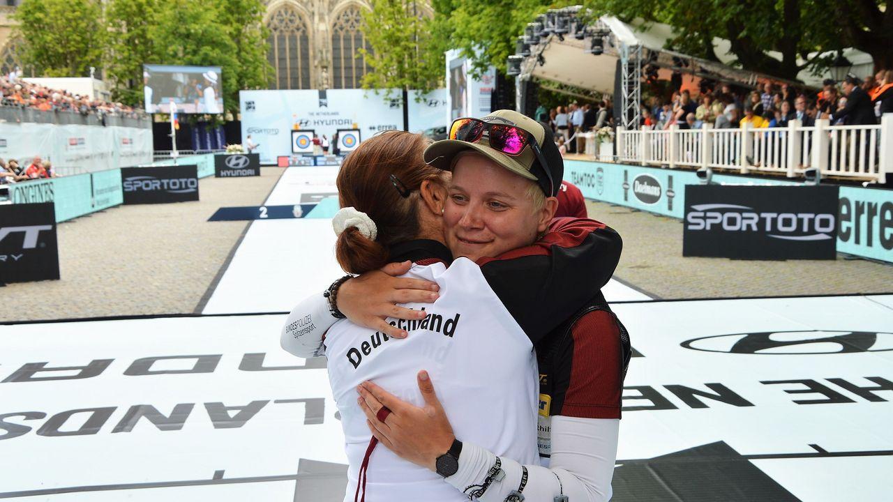 Foto: Eckhard Frerichs / Natalia Butuzova gratuliert Michelle Kroppen zu einem überragenden WM-Turnier.