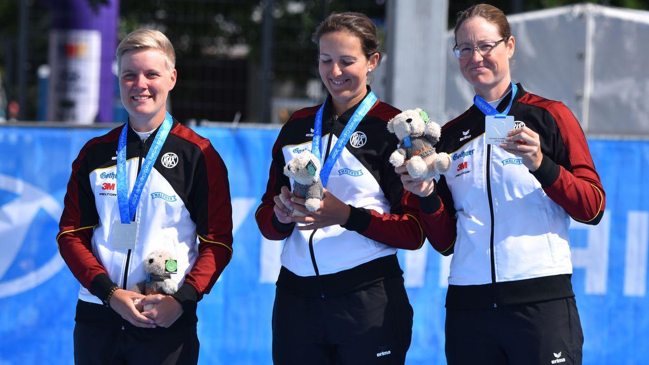 Foto: Eckhard Frerichs / Michelle Kroppen, Elena Richter und Lisa Unruh können sich auch über Silber freuen.
