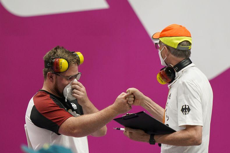 Foto: Picture Alliance / Oliver Geis steigerte sich am zweiten Tag deutlich und wird hier von Bundestrainer Detlef Glenz beglückwünscht.