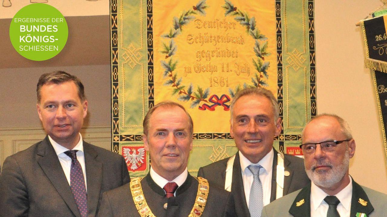 Foto: DSZ / Der Titel zeigt v.l. Stephan Mayer (parl. Staatssekretär BMI), Hans-Heinrich von Schönfels (DSB-Präsident), Peter Gaffert (OB Wernigerode) und Eduard Korzenek (Präsident LV Sachsen-Anhalt).