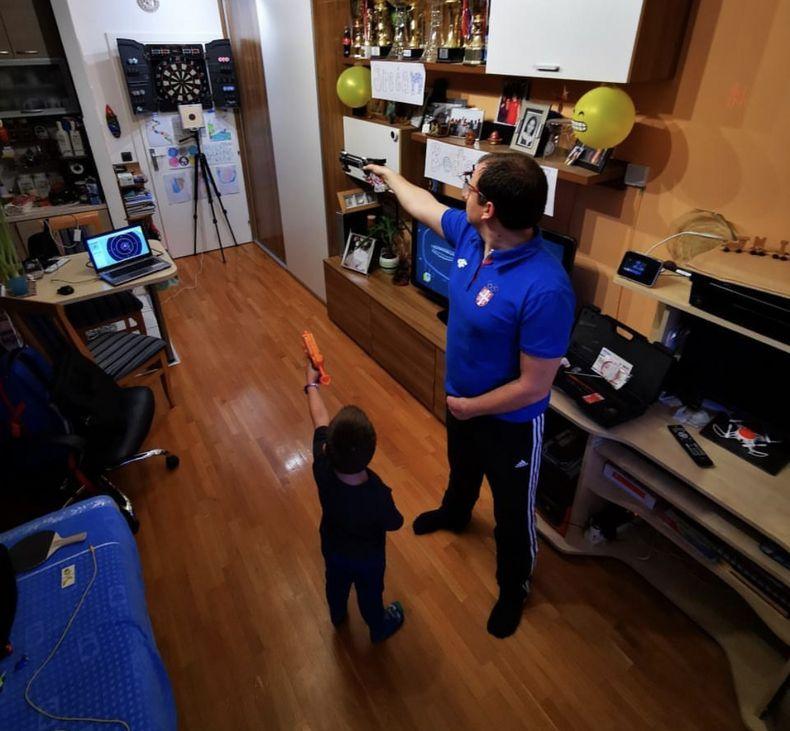Bild: Damir Mikec / Wie der Vater, so der Sohn: Mit einer Wasserpistole trainiert der Sohn zuhause mit seinem Papa, Damir Mikec.
