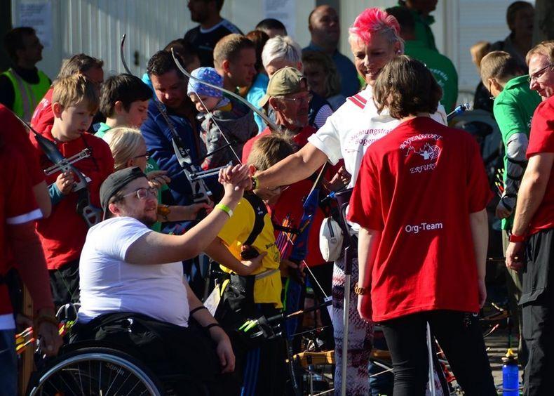 Foto: VSG Wemding / Steffi Gräser (rötliche Haare) lebt und liebt den Bogensport.
