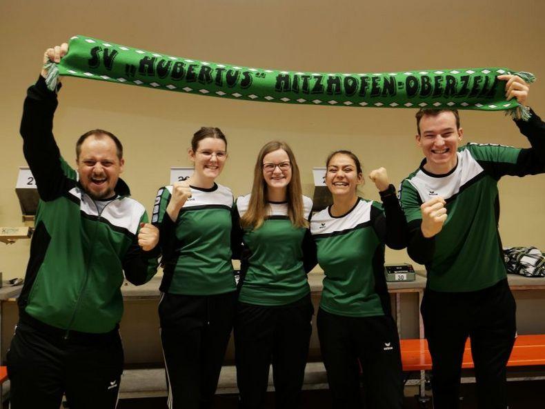 Foto: SV Hitzhofen / Bernd Göltl, Lisa Schnaidt, Laura Schnaidt, Andrea Heckner und Paul Fröhlich (v.l.) gelang beim Aufstiegskampf der historische Aufstieg in die 1. Bundesliga.