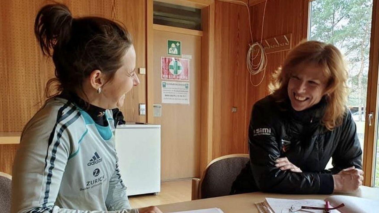Foto: Monika Karsch: Dr. Rita Regös, hier im Gespräch mit Monika Karsch, ist Sportpsychologin und arbeitet mit Pistolen- und Bogensportlern im DSB.