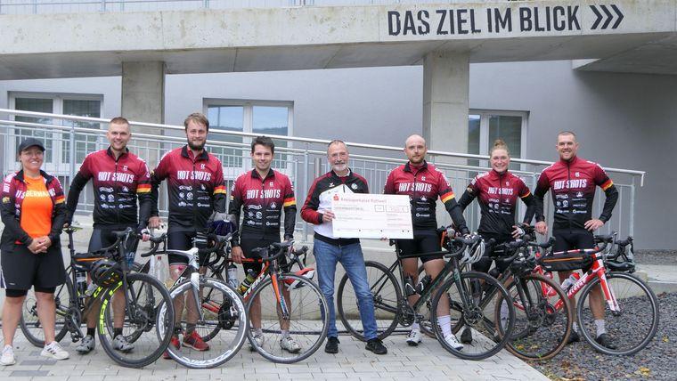 Foto: DSB / DSB-Sportdirektor Heiner Gabelmann mit dem Scheck für die radelnden Sportschützen.