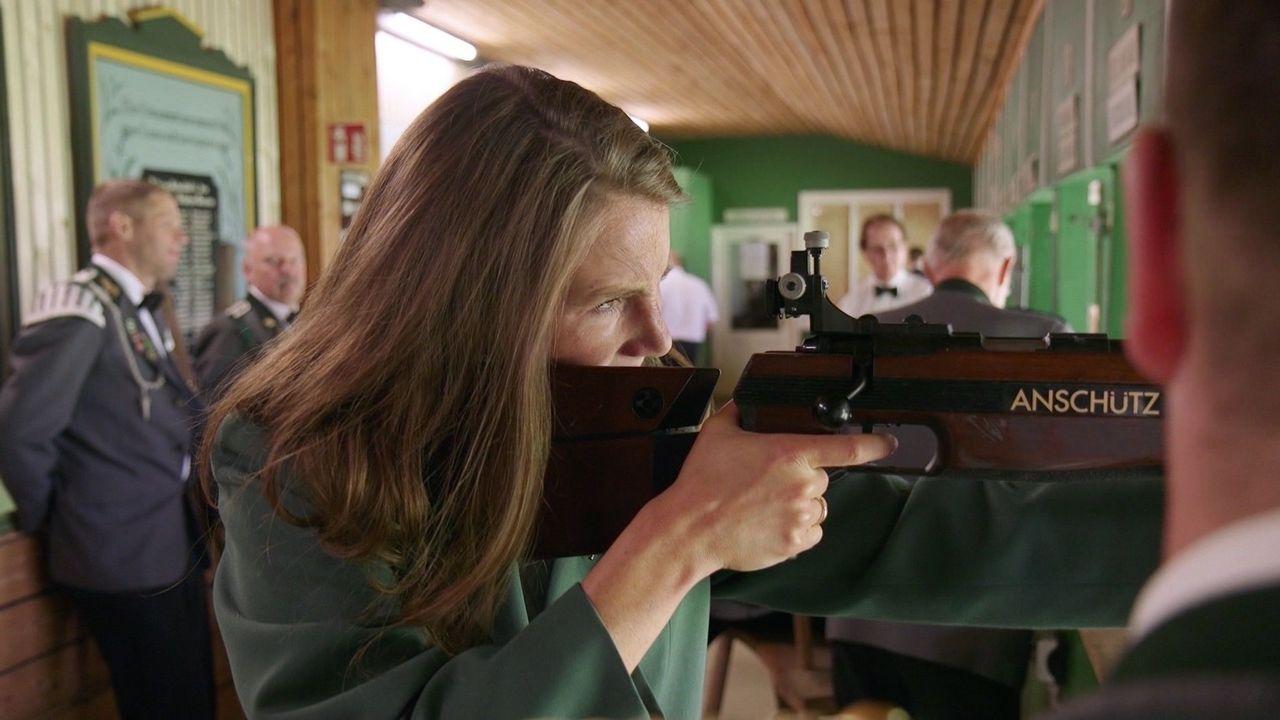 Foto: NDR/ NDR-Reporterin Anke Hillmann bei ihren ersten zehn Schuss am Gewehr.