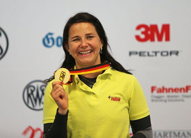 Foto: DSB / Ein gewohntes Bild 2019: Monika Karsch mit Medaille und strahlendem Lachen.