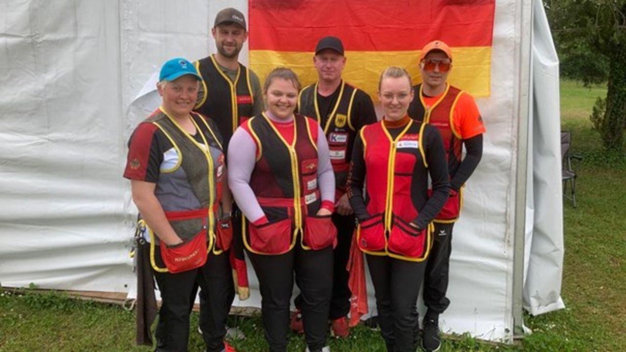 Foto: DSB / Das Trap-Team in Lonato: Vorne v.l.: Katrin Quooß, Kathrin Murche, Sarah Bindrich. Hinten v.l.: Paul Pigorsch, Andreas Löw, Steve Eidekorn.