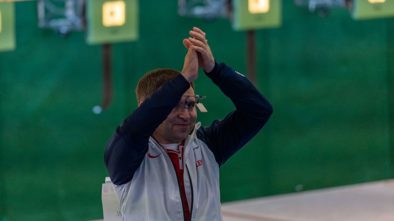 Foto: Jürgen Reber / Applaus für das 1. Masters gab es von den Teilnehmern in Suhl, wie hier vom britischen Gewinner Waldek Mickiewicz (Luftpistole Senioren I).