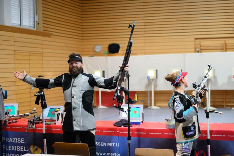 Foto: Lisa Haensch / Emotionsloser Sport? Pierre-Edmond Piasecki jubelt nach seinem Sieg im Stechen gegen Verena Schmid.