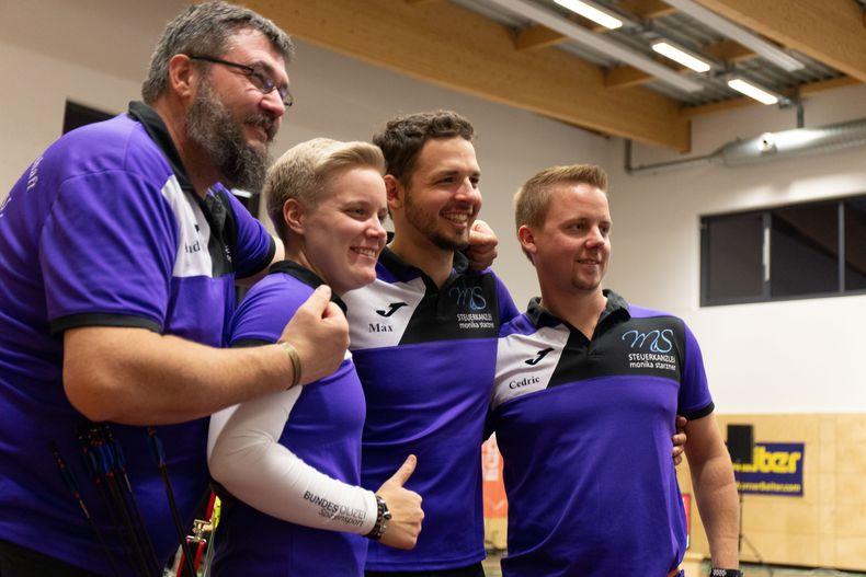 Foto: FSG Tacherting / Trainer Andreas Blaschke mit seinem Spitzen-Trio Michelle Kroppen, Maximilian Weckmüller und Cedrig Rieger.
