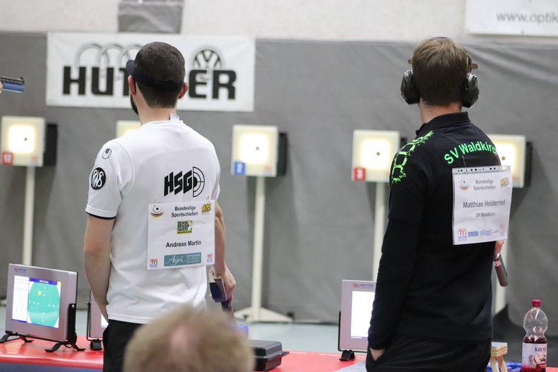 Foto: Elena Kugelmann / Andreas Martin sicherte im Stechen den einzigen Punkt für die HSG München gegen den Waldkirchner Matthias Holderried.