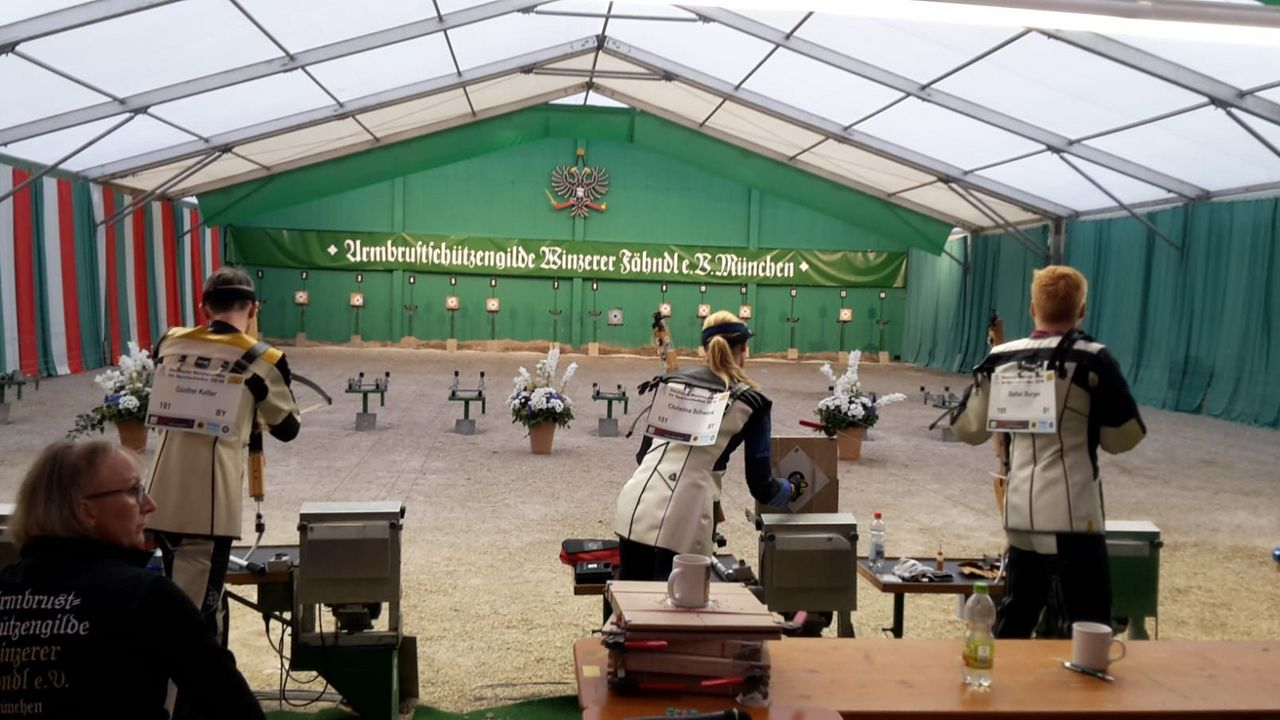 Foto: Markus Peschel / Volle Konzentration zeigten die Armbrustschützen bei der Deutschen Meisterschaft mitten auf dem Oktoberfest.