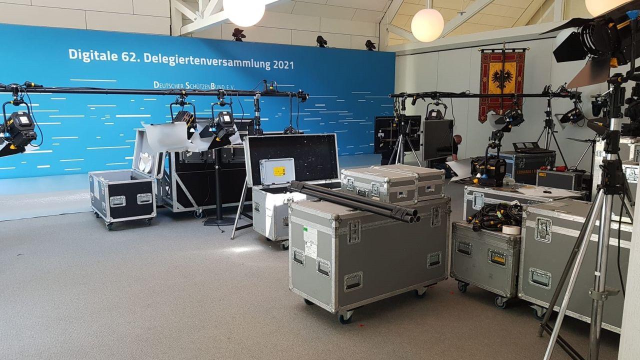 Foto: DSB / Die Technik und der Aufwand für die Online-Delegiertenversammlung sind auf dem Bild gut zu erkennen.