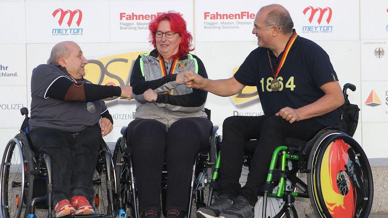 Foto: BSSB / Strahlende Sieger in der Para-Klasse mit dem KK-Gewehr: Elke Seeliger wies Josef Neumaier (links) und Albin Zirk in die Schranken.