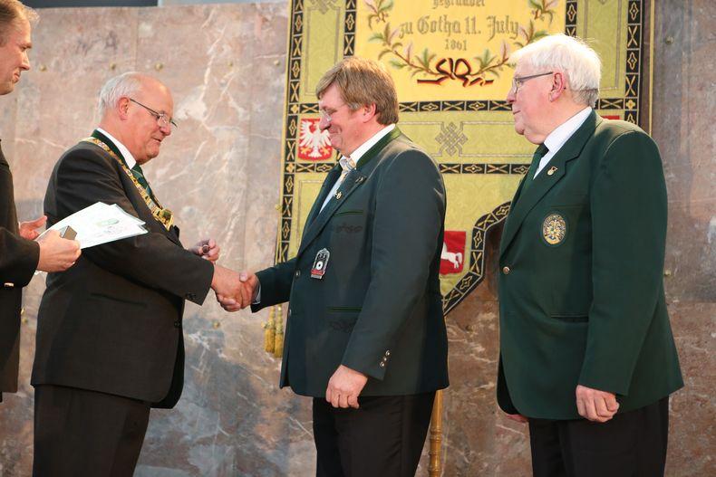 Foto: DSB / 2017 erhielt Gerd Hamm den Ehrenring aus den Händen von DSB-Präsident Heinz-Helmut Fischer.