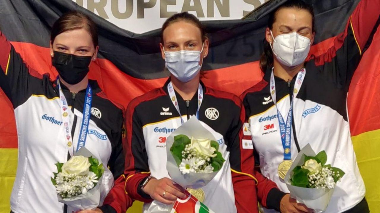 Foto: DSB / Wenn auch mit Mundschutz und Augen zu, sie sind es: Die neuen Team-Europameisterinnen v.l. Nadine Messerschmidt, Katrin Butterer und Christine Wenzel.